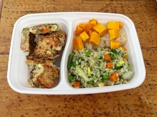 Pruun riis juurviljade, hapukapsa ja kõrvitsaga ning kõrvale kanahakkliha kotletid porgandi, sibula ja suvikõrvitsaga.