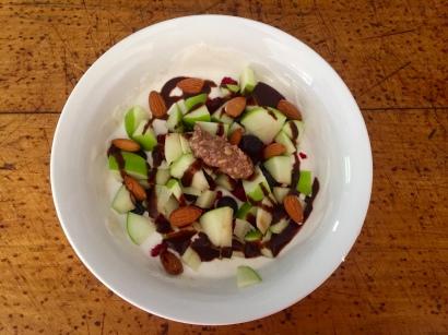 Magus vahepala: kreeka jogurt, pirn, mandlid, pähklivõi ja 0-kalorsusega šokolaadisiirup.